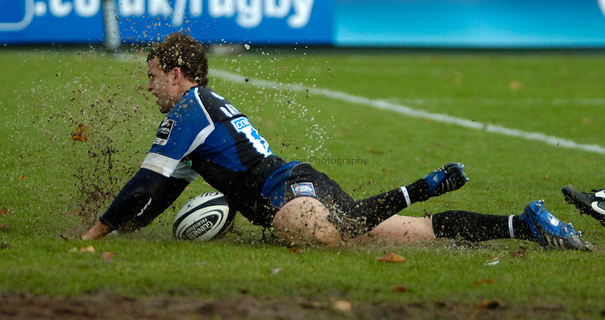 Photo: Ed Godden..Bath Rugby v Newcastle Falcons. Guinness Premiership. 25/11/2006. Bath's Olly Barkley scores a try.