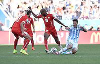 FUSSBALL WM 2014                ACHTELFINALE Argentinien - Schweiz                  01.07.2014 Federico Fernandez (re, Argentinien) gegen Valon Behrami (li) und Gelson Fernandes (Mitte, beide Schweiz)