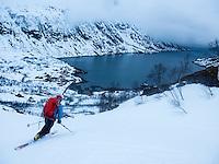 Telemarkkjører på vei ned mot Langfjordhamn i Loppa. ---- Skier decending towards Langfjordhamn.