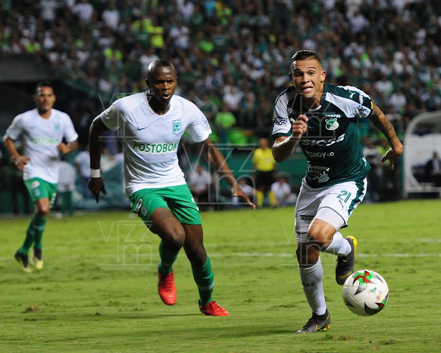 PALMIRA - COLOMBIA, 26-05-2019: Carlos Mario Rodriguez del Cali disputa el balón con Christian Mafla de Nacional durante partido entre Deportivo Cali y Atlético Nacional por la fecha 4, cuadrangulares semifinales, de la Liga Águila I 2019 jugado en el estadio Deportivo Cali de la ciudad de Palmira. / Carlos Mario Rodriguez of Cali vies for the ball with Christian Mafla of Nacional during match between Deportivo Cali and Atletico Nacional for the date 4, semifinal quadrangulars, as part Aguila League I 2019 played at Deportivo Cali stadium in Palmira city.  Photo: VizzorImage / Nelson Rios / Cont