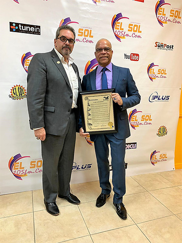 Kissemmee, Florida.- En la gráfica, el Alcalde de Kissemmee, José Alvárez, hace entrega de la Proclama de la Ciudad a Marcos Tejeda, propietario de la estación digital hispana.