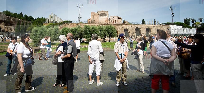 Turisti a Roma, sullo sfondo il Tempio di Venere<br /> Tourists in Rome the Temple of Venus in backgroud