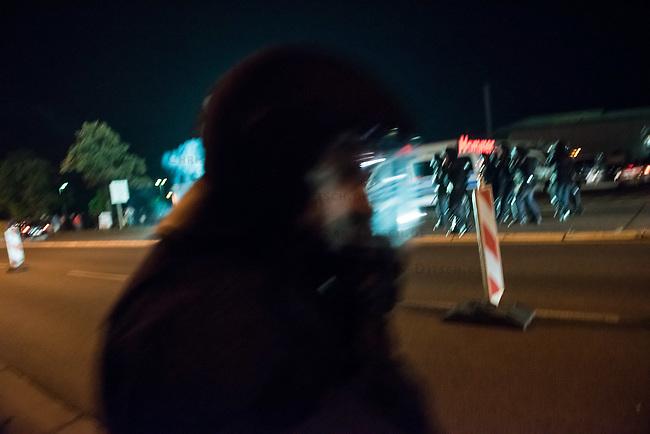 Nach den pogromartigen Ausschreitungen gegen eine Fluechtlinsunterkunft im saechschen Heidenau am Freitag den 21. August 2015 durch Anwohnerinnen der Ortschaft, kamen am Samstag de 22. August 2015 ca. 250 Menschen in die Ortschaft um ihre Solidaritaet mit den Gefluechteten zu zeigen.<br /> Am Vorabend hatten Rassisten, Nazis und Hooligans sich zum Teil Strassenschlachten mit der Polizei geliefert um zu verhindern, dass Fluechtlinge in einen umgebauten Baumarkt einziehen. Ueber 30 Polizisten wurden dabei verletzt.<br /> Bis in die Abendstunden des 22. August blieb es trotz spuerbarer Anspannung um die Unterkunft ruhig. Im Laufe des Tages wurden immer wieder Gefluechtete mit Reisebussen gebracht was von den wartenenden Heidenauern mit Buh-Rufen begleitet wurde. Vereinzelt wurde auch &quot;Sieg Heil&quot; gerufen, was die Polizei jedoch nicht verfolgte.<br /> Kurz vor 23 Uhr griffen Nazis und Hooligans wie am Vorabend die Polizei mit Steinen, Flaschen, Feuerwerkskoerpern und Baustellenmaterial an. Die Polizei mussten mehrfach den Rueckzug antreten, scheuchte den Mob dann von der Fluechtlingsunterkunft weg. Dabei wurden auch wieder Traenengasgranaten verschossen. Mindestens ein Nazi wurde festgenommen.<br /> Im Bild: Beamte der saechsichen Bundespolizei fluechten vor den Angreifern.<br /> 22.8.2015, Heidenau/Sachsen<br /> Copyright: Christian-Ditsch.de<br /> [Inhaltsveraendernde Manipulation des Fotos nur nach ausdruecklicher Genehmigung des Fotografen. Vereinbarungen ueber Abtretung von Persoenlichkeitsrechten/Model Release der abgebildeten Person/Personen liegen nicht vor. NO MODEL RELEASE! Nur fuer Redaktionelle Zwecke. Don't publish without copyright Christian-Ditsch.de, Veroeffentlichung nur mit Fotografennennung, sowie gegen Honorar, MwSt. und Beleg. Konto: I N G - D i B a, IBAN DE58500105175400192269, BIC INGDDEFFXXX, Kontakt: post@christian-ditsch.de<br /> Bei der Bearbeitung der Dateiinformationen darf die Urheberkennzeichnung in den EXIF- und  IPTC-Daten nicht