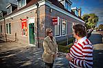 Nederland, Wognum,  , 12-10-2009  Vertwijfelde DSB klant (L) bij pin automaat van DSB die buiten werking is., in gesprek met een voorbijganger.  FOTO: Gerard Til / Hollandse Hoogte
