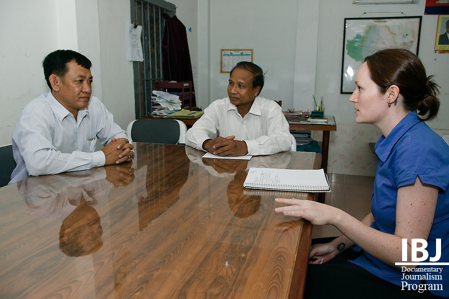IBJ intern and American law student Sarah Brundage speaks with IBJ Fellow Ouk Vandeth and Klut Pick (spelling?), a judge in Kampong Province.