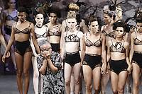 SÃO PAULO,SP, 26.10.2016 - SPFW-RONALDO FRAGA - Modelo durante desfile de Ronaldo Fraga durante a São Paulo Fashion Week N42 no Theatro São Pedro, na região central de São Paulo nesta quarta-feira, 26. (Foto: Adriana Spaca/Brazil Photo Press)