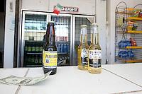 sasabe Confine Arizona Messico negozio di birra , bottiglie e banconota americana