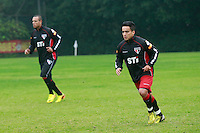 SAO PAULO, SP, 23 DE JULHO DE 2013. TREINO SPFC. Os jogadores Luis Fabiano e Jadson durante o treino do time  do São Paulo Futebol Clube  no Centro de Treinamento na Barra Funda, zona oeste da capital paulista.   FOTO ADRIANA SPACA/BRAZIL PHOTO PRESS.