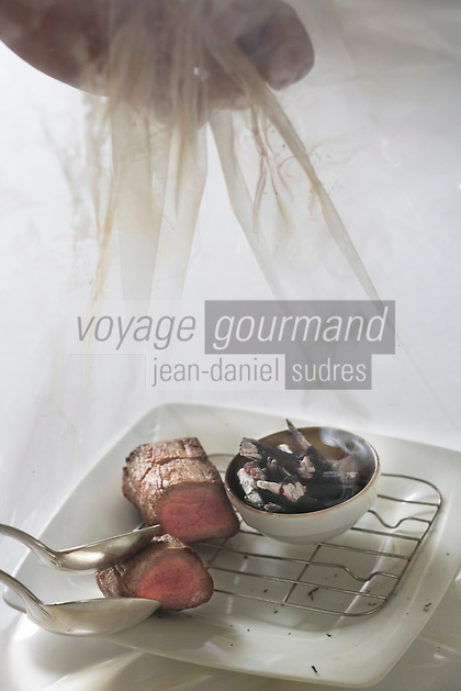 Europe/France/Aquitaine/33/Gironde/Médoc/Pauillac: Filet de Beuf fumé aux  sarments ,pommes de terre confites au jus de quintessence- nRecette de Thierry Marx Chef de  l'Hotel-Restaurant  Château Cordeillan-Bages