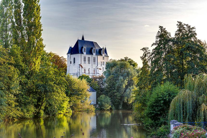 France, région du Berry, Indre (36), Châteauroux, le Château Raoul sur les bords de l'Indre // France, Indre, Chateauroux, Raoul castle and  the banks of the Indre