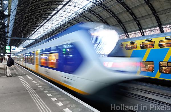 Nederland Amsterdam 2018.  Sprinter en dubbeldekker op Centraal Station.  Foto Berlinda van Dam / Hollandse Hoogte
