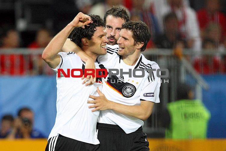 UEFA Euro 2008 Group B Match 20 Wien - Ernst-Happel-Stadion. &Ouml;sterreich ( AUT ) - Deutschland ( GER ). Der Torsch&uuml;tze Michael Ballack ( Germany / Mittelfeldspieler / Midfielder / Chelsea London #13 ) (l) jubelt mit Christoph Metzelder ( Germany / Verteidiger / Defender / Real Madrid #21 ) (M) und Arne Friedrich ( Germany / Verteidiger / Defender / Hertha #03 ) (r) &uuml;ber seinen Treffer zum 1:0.<br /> Foto &copy; nph (  nordphoto  )