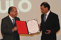 ATENCÃO EDITOR: FOTO EMBARGADA PARA VEICULO INTERNACIONAL - SÃO PAULO, SP, 05 NOVEMBRO 2012 - TRANSFERÊNCIA DO ED ERMÍNIO DE MORAES PARA O GOVERNO DO ESTADO   - O governador Geraldo Alckmin entrega a medalha dos bandeirantes a Antonio Ermírio de Moraes quem recebeu foi seu filho Luis Ermírio de Moraes na assinatura nessa segunda-feira, do termo de transferência do Edifício Ermírio de Moraes para o Governo do Estado. O prédio, localizado na praça Ramos de Azevedo, abrigará a Secretaria da Agricultura e faz parte do plano de revitalização do centro de São Paulo. Na região central da cidade nessa, segunda 5. (FOTO: LEVY RIBEIRO / BRAZIL PHOTO PRESS)