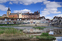 France, Loiret (45), Gien, le château le Vieux Pont et la Loire vu depuis la rive gauche // France, Loiret, Gien, the castle, the Vieux Pont and the Loire view from the left bank