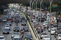 SAO PAULO, 01 DE FEVEREIRO DE 2013. - TRANSITO SP  - Transito intenso na Avenida 23 de Maio, regiao central da capital, na manha desta sexta feira, 01.  (FOTO: ALEXANDRE MOREIRA / BRAZIL PHOTO PRESS).