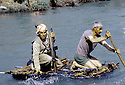 Irak 1985.Dans les zones libérées, région de Lolan, peshmergas sur un radeau.Iraq 1985.In liberated areas, Lolan district, peshmergas on a raft