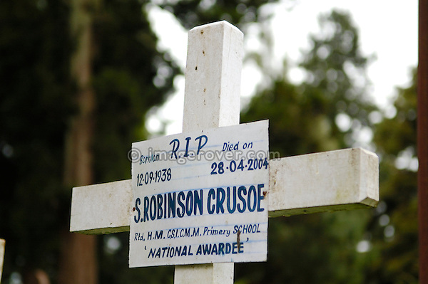 India, Tamil Nadu, Ooty (Udhagamandalam). Grave and cross vor Robinson Crusoe on churchyard in Ooty.