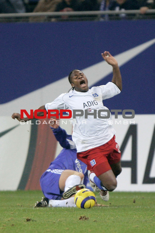 Bundesliga 2004/2005 -  Hamburger SV <br /> <br /> Hamburger SV vs FC Schalke 04<br /> <br /> Emile Mpenza wird von dem Schalker Niels Oude Kamphius gefoult.<br /> <br /> Foto &copy; nordphoto - Anja Heinemann<br /> <br /> <br /> <br /> <br /> <br /> <br /> <br />  *** Local Caption *** Foto ist honorarpflichtig! zzgl. gesetzl. MwSt.<br /> <br /> Belegexemplar erforderlich<br /> <br /> Adresse: nordphoto<br /> <br /> Georg-Reinke-Strasse 1<br /> <br /> 49377 Vechta