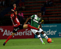 MEDELLIN - COLOMBIA -04-03-2017: Jhon Hernandez (Izq.) jugador de Deportivo Independiente Medellin disputa el balón con Luis Orejuela (Der.) jugador de Deportivo Cali, durante entre Deportivo Independiente Medellin y Deportivo Cali, por la fecha 8 de la Liga Aguila I 2017, en el estadio Atanasio Girardot de la ciudad de Medellin. / Jhon Hernandez (L) player of Deportivo Independiente Medellin fights for the ball with Luis Orejuela (R) player of Deportivo Cali, during a match between Deportivo Independiente Medellin and Deportivo Cali for the date 8 of the Liga Aguila I 2017 at the Atanasio Girardot stadium in Medellin city. Photo: VizzorImage  / Luis Ramirez / Staff.