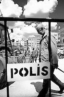 La foule est parquée sur une place publique, encadrée par la police, des grilles et des portiques de sécurité. 1er mai 2013, Yenisehir.<br /> <br /> The crowd is parked in a public place, surrounded by police, gates and security gates. 1 May 2013, Yenisehir.