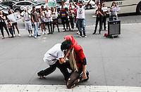 ATENCAO EDITOR IMAGEM EMBARGADA PARA VEICULOS INTERNACIONAIS - SAO PAULO, SP, 27 OUTUBRO 2012 - FLASH MOB LADY GAGA -  O fa clube da Lady Gaga Brazilian Monsters, durante Flash Mob onde apresentaram quatro musicas da cantora, o ato também levanta a bandeira com mensagem antibullying. Na avenida Paulista na regiao centro-sul de Sao Paulo, neste sábado, 27. (FOTO: WILLIAM VOLCOV / BRAZIL PHOTO PRESS).