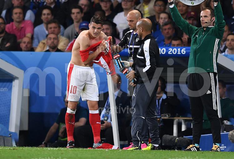 FUSSBALL EURO 2016 GRUPPE A IN LILLE Schweiz - Frankreich     19.06.2016 Und schon wieder muss Granit Xhaka (Schweiz)  sein Trikot wechseln.