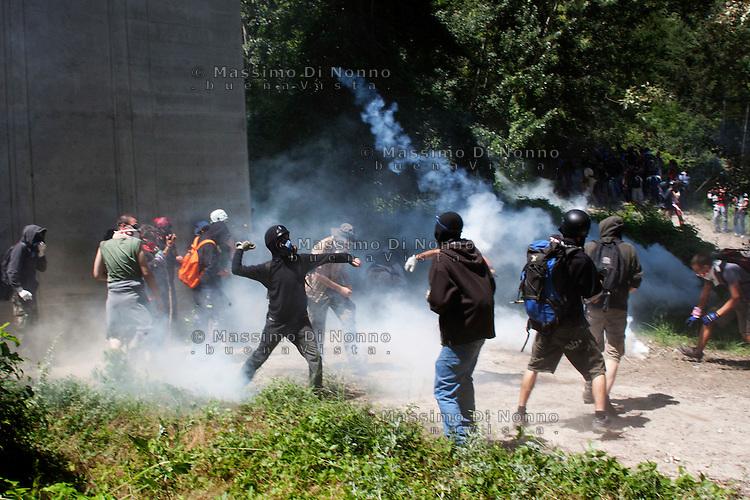 Val di Susa: manifestanti lanciano pietre contro la polizia asserragliata nel cantiere della maddalena, per protestare contro l'avvio dei lavori per il tunnel dell'alta velocità.