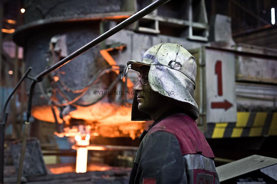 MARIUPOL, Ukraine: A worker is supervising the conversion of the cast iron into steel. <br /> <br /> MARIUPOL, Ukraine: un ouvrier supervise la conversion de la fonte en acier.