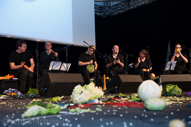 Auftritt des 1. Wiener Gemüseorchesters, performance by the first vegetable orchestra from vienna