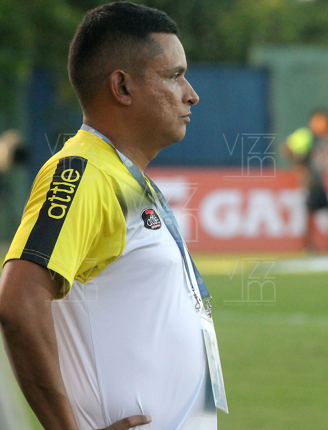 MONTERIA - COLOMBIA, 22-08-2019: Cesar Fernando Torres técnico de Alianza gesticula durante el partido por la fecha 7 de la Liga Águila II 2019 entre Jaguares de Córdoba F.C. y Alianza Petrolera jugado en el estadio Jaraguay de la ciudad de Montería. / Cesar Fernando Torres coach of Alianza gestures during match for the date 7 as part Aguila League II 2019 between Jaguares de Cordoba F.C. and Alianza Petrolera played at Jaraguay stadium in Monteria city. Photo: VizzorImage / Cont