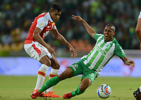 MEDELLÍN - COLOMBIA, 10-02-2018: Jeison Lucumi (Der.) jugador del Atlético Nacional  disputa el balón con el Independiente Santa Fe durante el partido entre el Atlético Nacional   y el Independiente Santa Fe  por la fecha 2 de la Liga Águila II 2018 jugado en el estadio Atanasio Girardot de la ciudad de Medellín. / Jeison Lucumi (R) player of Atletico Nacional  vies for the ball with Independiente Santa Fe during match between Atletico Nacional   and Independiente Santa Fe for the date 2 of the Aguila League I 2018 played at Atanasio Girardot stadium in Medellin city. Photo: VizzorImage/ León Monsalve / Contribuidor