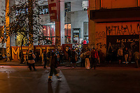 SÃO PAULO, SP, 19.11.2014 - REINTEGRAÇÃO DE POSSE TERMINA EM INCÊNDIO/ PRAÇA RAMOS/MSTS - Policiais Militares realizam reintegração de posse em prédio ocupado na Praça Ramos. Para evitar ação da polícia, invasores colocaram fogo no prédio. O Corpo de Bombeiros teve que ser acionado, no começo da manhã desta quarta - feira (19), em São Paulo.(Foto: Taba Benedicto/ Brazil Photo Press)
