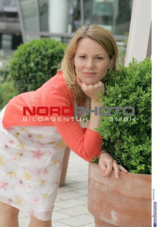 Foto-Call zur ZDF-Serie &quot;GirlFriends&quot;, 7. Staffel<br /> <br /> Am Motiv  &quot;Townhouse&quot;:<br /> <br /> Jana Kozewa (Sonja Borucka), auf BlumenkŁbel aufgestŁtzt.<br /> <br /> Foto &copy; nordphoto / Sarbach<br />  *** Local Caption *** Foto ist honorarpflichtig! zzgl. gesetzl. MwSt.<br />  Belegexemplar erforderlich<br /> Adresse: nordphoto<br /> Georg-Reinke-Strasse 1<br /> 49377 Vechta