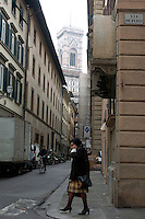 A woman crosses the Via De Pucci near the  Duomo in Florence, Italy March 1, 2006. (Photo by Alan Greth)