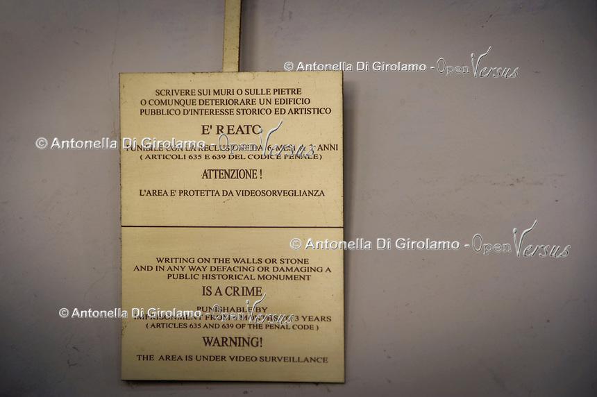 cartello di divieto di scrivere sui muri