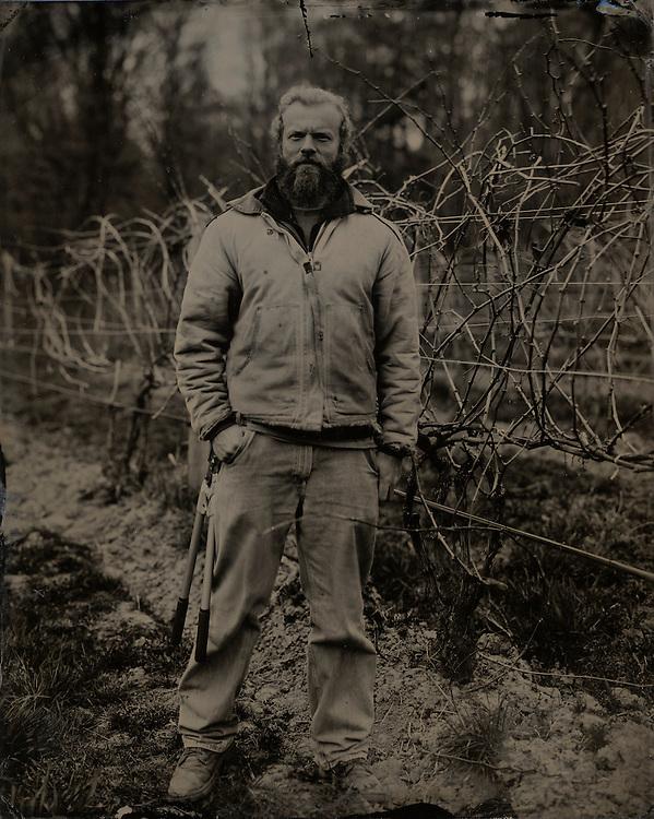 Craig J. Barber<br /> Tom - Contrema&icirc;tre de vignoble.<br /> -----<br /> Craig J. Barber<br /> Tom - Vineyard Foreman.