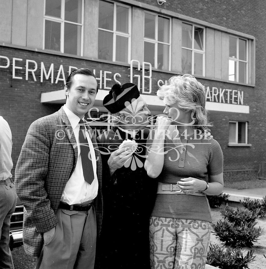 """Juni 1971. Ford.  Promotie met de cast van het televisieprogramma """"Wij Heren van Zichem""""."""