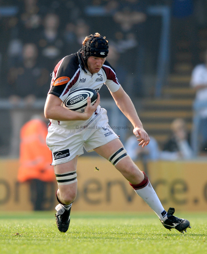 Photo: Richard Lane..London Wasps v Newcastle Falcons. Guinness Premiership. 15/10/2006. .Falcons' Jason Oakes attacks.