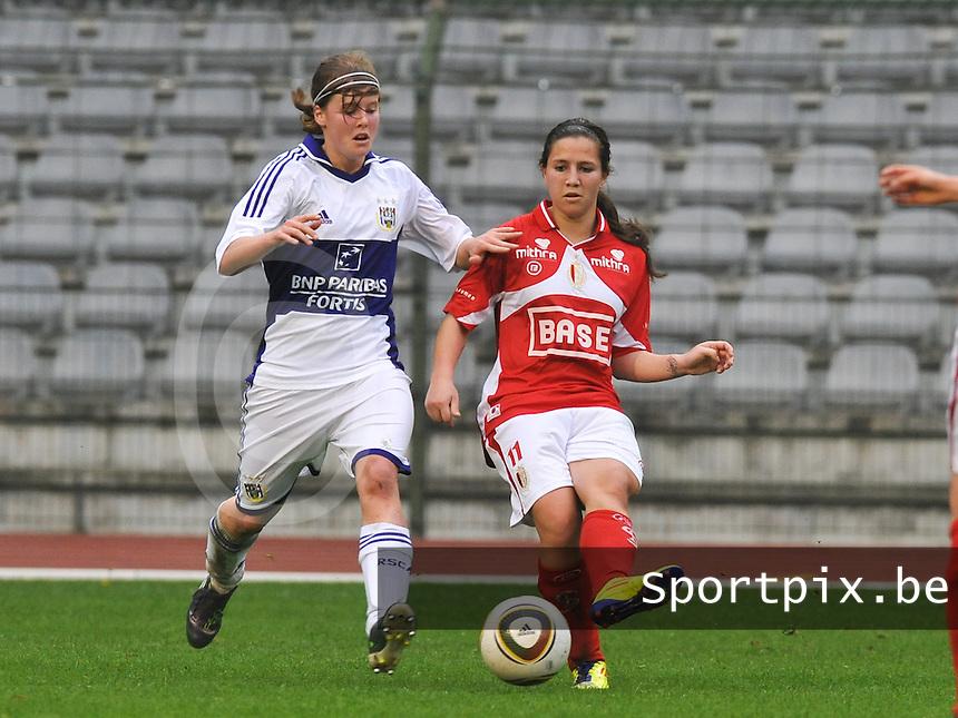RSC Anderlecht Dames - Standard Femina de Liege : Vanity Lewerissa aan de bal voor Laura Deloose.foto DAVID CATRY / Vrouwenteam.be