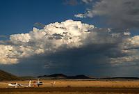 4415 /nach der Landung: AFRIKA, SUEDAFRIKA, 14.01.2007: ASH 26 E auf dem Abstellplatz in Gariepdam, Cumulus Wolke mit Schauer