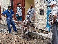Working, watching, and supervising, La Habana Vieja