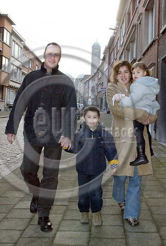 Antwerpen - BELGIUM - 15 December 2002--Sopie Robertson gave birth to the child of her sister.--The Robertson family. (left) Mark Robertson with son Nikolai (5.5 y.) and Sopie Robertson with daughter Anna (3.5 y.). -- PHOTO: EUP-IMAGES.COM / JUHA ROININEN