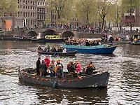 Boote am Königstag auf Nieuwe Herengracht,  Amsterdam, Provinz Nordholland, Niederlande<br /> Boats at Kings day on  Nieuwe Herengracht, Amsterdam, Province North Holland, Netherlands