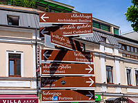 Wegweiser auf der Kote Apkhazi, Tiflis – Tbilissi, Georgien, Europa<br /> signpost at Kote Apkhazi, Tbilisi, Georgia, Europe