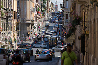Traffico caotico in una strada del centro.<br /> Straggling traffic in the center