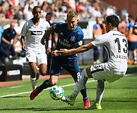 Carlos Salcedo (Eintracht Frankfurt) trennt Lewis Holtby (Hamburger SV) vom Ball - 05.05.2018: Eintracht Frankfurt vs. Hamburger SV, Commerzbank Arena, 33. Spieltag Bundesliga