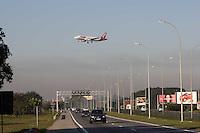 GUARULHOS, SP, 29/06/2012, CENAS DE POUSO EM CUMBICA. Aviao pousando no aeroporto de Cumbica na manha desse Sabado (29). Luiz Guarnieri/ Brazil Photo Press.