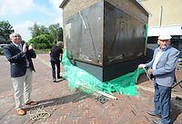ALGEMEEN: EARNEWÂLD: Onthulling Skûtsjekunstwerk, wethouder Geerling Schippers(links) van gemeente Tytsjerksteradiel en oud skûtsjeschipper Joop Mink, ©foto Martin de Jong
