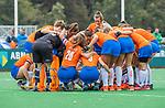 BLOEMENDAAL  - teamhuddle, bespreking, samen,  tijdens de hoofdklasse competitiewedstrijd vrouwen , Bloemendaal-Pinoke (1-2) . COPYRIGHT KOEN SUYK