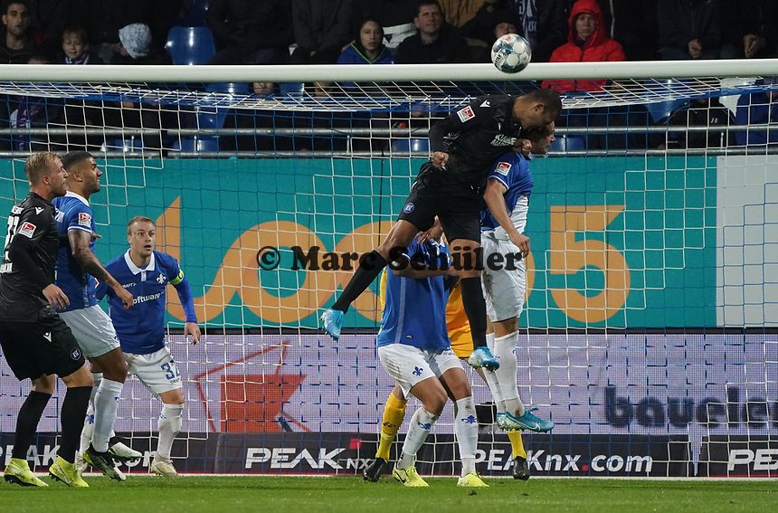 Kopfball Daniel Gordon (Karlsruher SC) - 04.10.2019: SV Darmstadt 98 vs. Karlsruher SC, Stadion am Boellenfalltor, 2. Bundesliga<br /> <br /> DISCLAIMER: <br /> DFL regulations prohibit any use of photographs as image sequences and/or quasi-video.